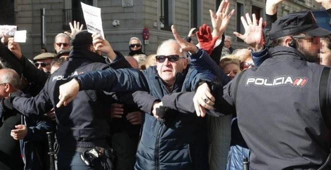 Miles de jubilados, que secundan una concentración en defensa del sistema público de pensiones, han cortado hoy la Carrera de San Jerónimo en Madrid cerrando así el acceso al Congreso de los Diputados desde la Plaza de Neptuno hasta la calle Cedaceros. La