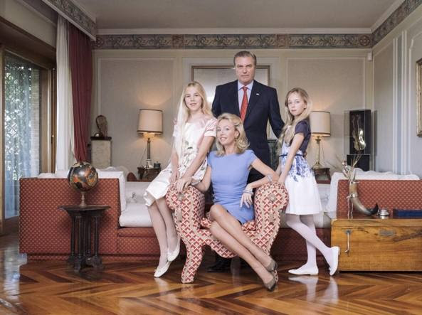 La famiglia. Carlo duca di Castro, Camilla Crociani (seduta) e le due figlie Maria Carolina (a sinistra) e Maria Chiara