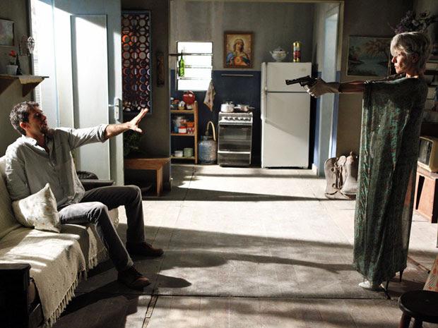 Melissa atira em Zenóbio ao descobrir que o rapaz sabe de tudo (Foto: Amor Eterno Amor/ TV Globo)