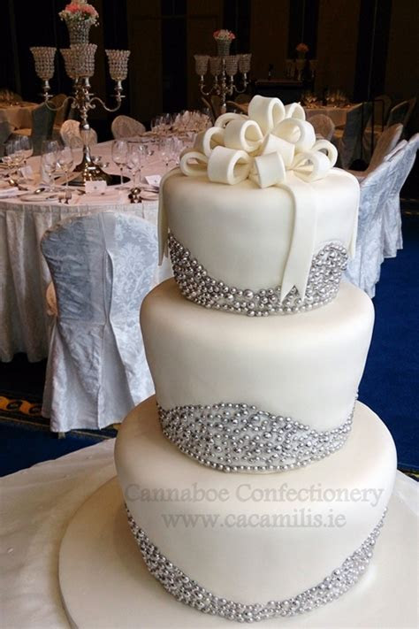 14 Amazing Wedding Cakes for a Winter Wedding   weddingsonline