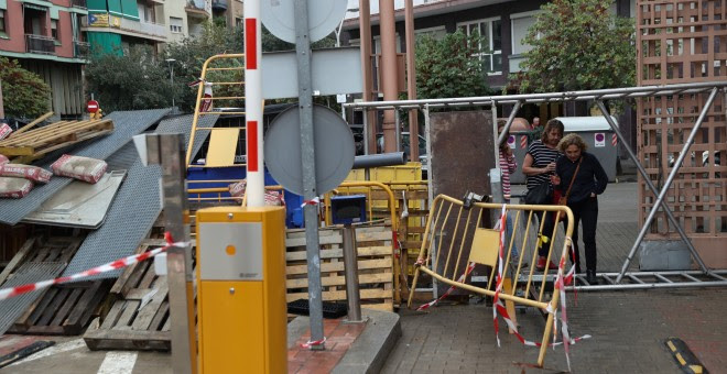 Una mujer cruza una de las barricadas que los ciudadanos catalanes han montado para evitar que la Guardia Civil acceda a los colegios electorales a requisar urnas y papeletas./ REUTERS