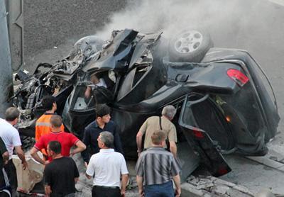 Автомобиль Емшанова на большой скорости врезался в идущий по той же полосе Nissan, а затем вылетел на «встречку», где в него влетел Hyundai. От удара Mercedes врезался в столб и загорелся.