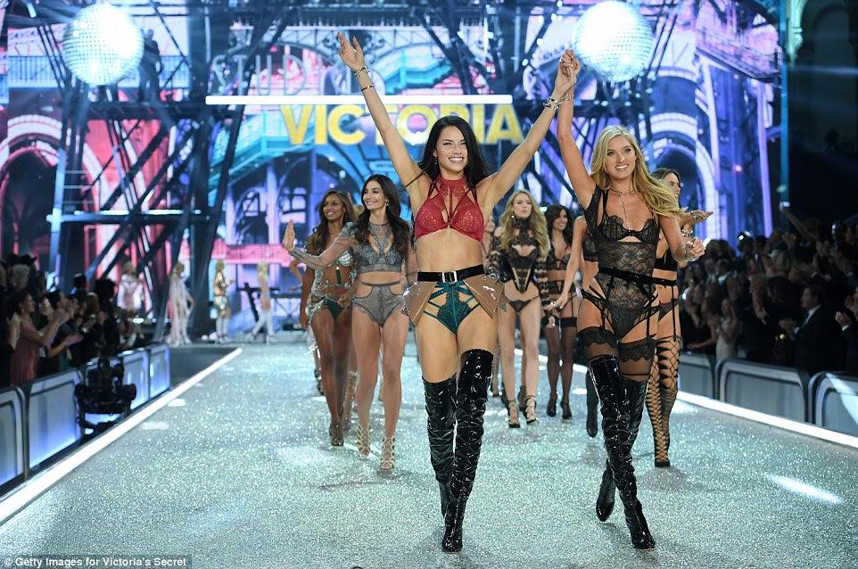 Eles fizeram isso!  Adriana liderou o desfile de modelos no final do show
