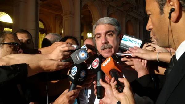 El Jefe de Gabinete Aníbal Fernandez conversa con periodistas a su llegada a casa de gobierno.
