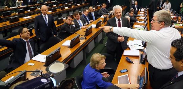 Os deputados Carlos Marun (dir.) e Orlando Silva (PCdoB-SP, sentado, à esq.) discutem no começo da sessão da comissão nesta segunda-feira