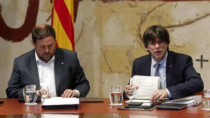 Carles Puigdemont i Oriol Junqueras durant la reunió del govern, aquest dimarts (EFE)