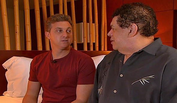 O apresentador Luciano Huck e o cantor Wando vão aprontar em Angola (Foto: Caldeirão do Huck/ TV Globo)