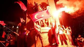 Protesta contra el cop d'estat fallit, aquest dilluns a la plaça Taksim d'Istanbul (EFE)