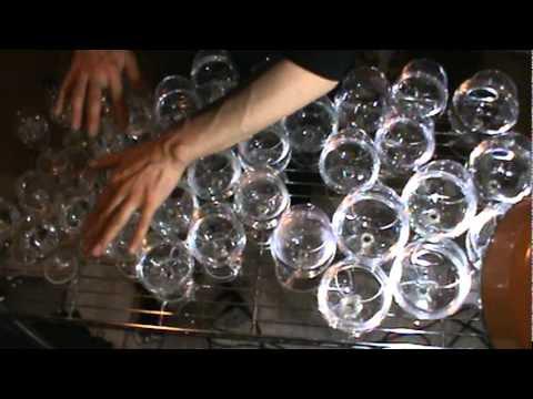 video que muestra a una persona tocando la cancion principal de Harry Potter con Copas de Cristal