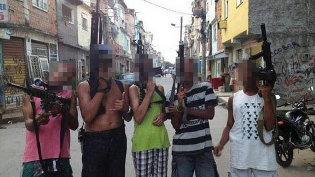 Bandidos posam com fuzis no Morro do Chaves após invasão