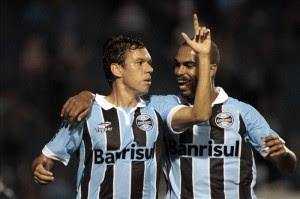 Marco Antonio celebra con su compañero Naldo, después de anotar contra Millonarios. EFE.
