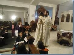 Ο Πατέρας Συμεών μάς παρουσιάζει τα Ιερά άμφια.
