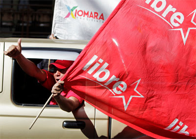 Un simpatizante del partido de Xiomara Castro, la candidata de la izquierda.
