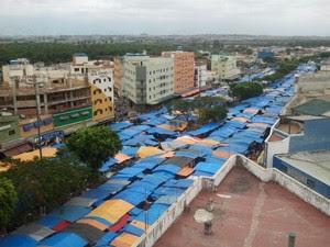 A feira de Aparecida tem 2.300 barracas espalhadas por ruas, avenidas e uma rodovia federal (Foto: Renato Ferezim/G1)