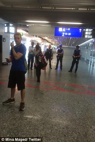"""Os passageiros foram informados por alto-falantes: """"Todos os visitantes são convidados a deixar o prédio imediatamente.  Níveis 1 e 2 do terminal de ser evacuados '"""
