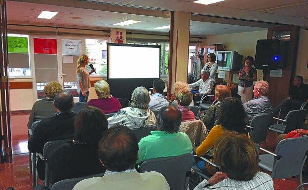 Los asistentes a la reunión del centro social Luis Mariano atienden a las explicaciones sobre el proceso.