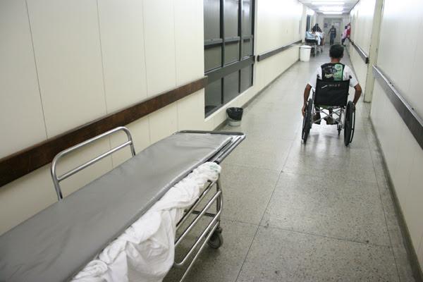 Ao todo, 38 pacientes que estavam internados nos corredores do Hospital Walfredo Gurgel foram transferidos para hospitais do interior, onde aguardarão cirurgias ortopédicas