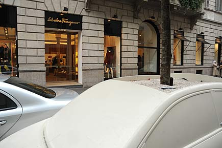 Cinquecento come vasi in via Montenapoleone a Milano