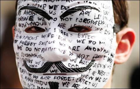 Un seguidor de Assange con la careta de Anonymous.