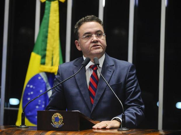 O senador Roberto Rocha (PSB-MA) discursa na sessão da votação do processo de impeachment da presidente Dilma no Senado, em Brasília (Foto: Marcos Oliveira/Agência Senado)