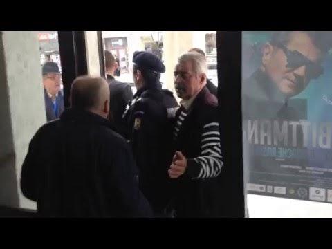 VIDEO Scandal la vizita lui Băsescu. PMP-iștii s-au baricadat, de frică, în Casa de Cultură
