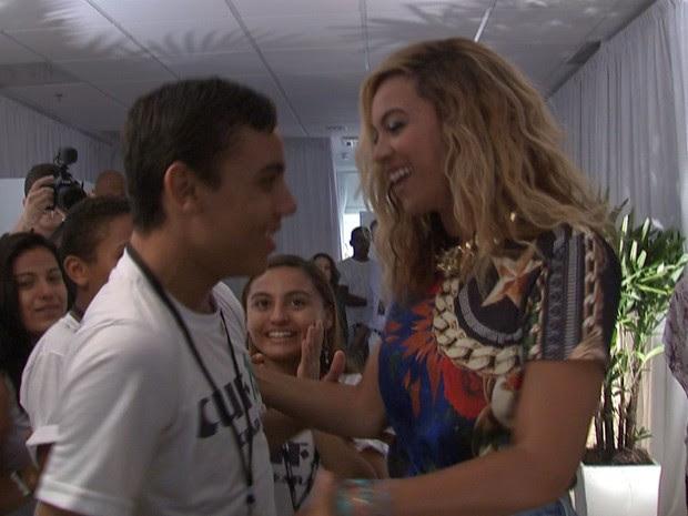 Crianças fizeram apresentações musicais para Beyoncé (Foto: TV Verdes Mares/Reprodução)