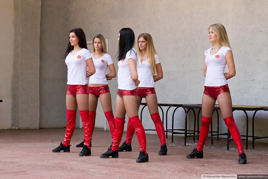 Девушки-танцовщицы в красных шортах и гольфах