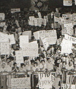 Proteste Tel Aviv per la guerra in Libano. I manifestanti stimati erano oltre 400 mila.