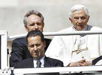Paolo Gabriele, de 42 anos (à direita do pontífice), era considerado um dos integrantes de destaque da chamada 'família papal'