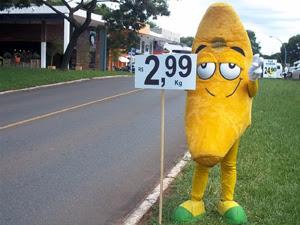 O 'Sr. Banana' na entrada da quadra comercial 211/212 Sul, em Brasília (Foto: Jamila Tavares / G1)