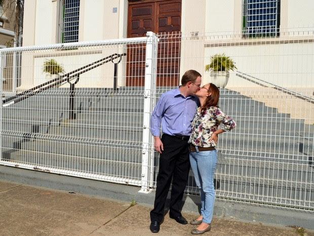 Primeiro beijo do casal foi na porta da igreja em Piracicaba (Foto: Leon Botão/G1)