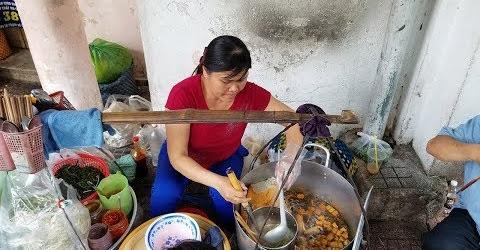 Ghé trung tâm Sài Gòn ăn bún riêu canh bún vỉa hè