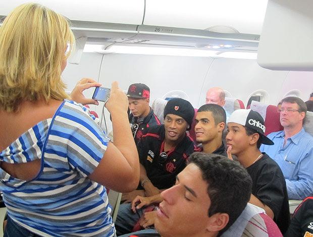 Ronaldinho Gaúcho tira fotos no avião do Flamengo (Foto: Richard Fausto / GLOBOESPORTE.COM)