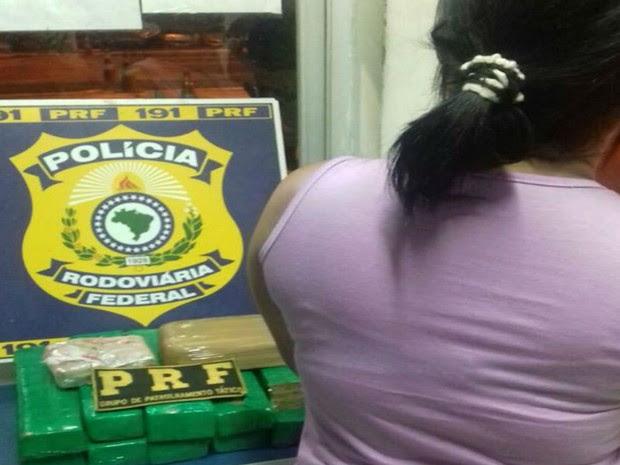 Mulher usando tornozeleira eletrônica foi presa pela Polícia Rodoviária Federal na Bahia (Foto: Divulgação / Polícia Rodoviária Federal )