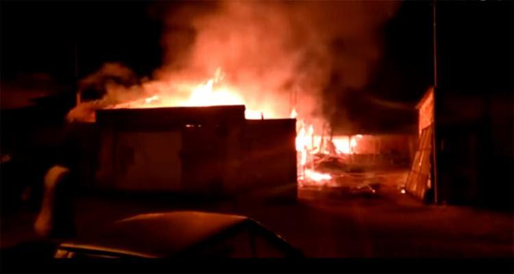 As chamas chegaram a afetar uma pizzaria e algumas casas que ficavam ao lado da fábrica - Foto: Reprodução | Radar 64