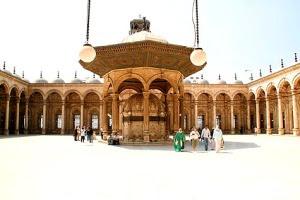 Halaman dalam Mesjid (klik untuk memperbesar foto)