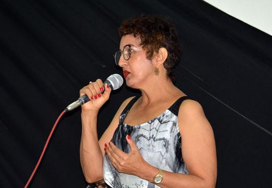 A coordenadora da exposição, Maria Amélia | Foto: Notícias de Santaluz