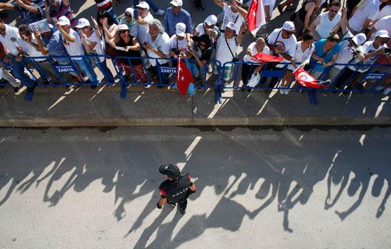 رجل أمن قرب المتظاهرين