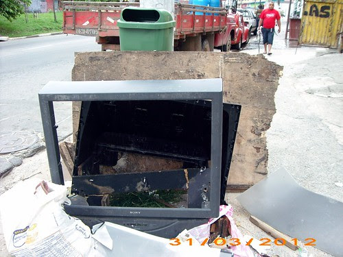 Bagulhos na esquina da Av. Antonio Botto com Inajar de Souza