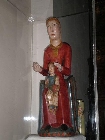 Nuestra Señora de los Ángeles de Villanua. La imagen está catalogada por los expertos en arte románico, como una de las mejores piezas del periodo, en especial por la conservación de la policromía y la expresividad de la figura.