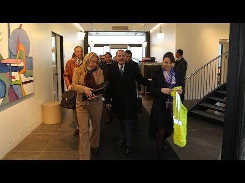 Danilo Medina habla con Roberto Cavada y Geraldino González en París