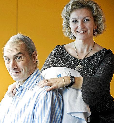 El profesor Neira, junto a su esposa, Isabel Cepeda.  Foto: Chema Conesa