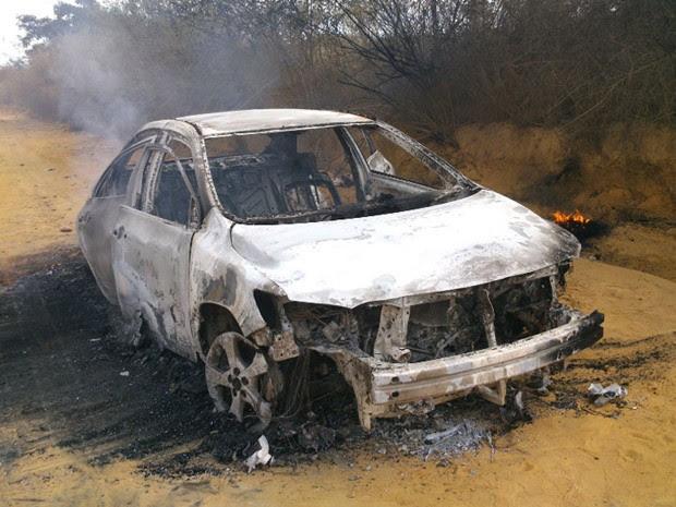 Suspeitos teriam queimado caror na saída da cidade, informou a polícia (Foto: Marcelo Júnio / Brumado Agora)