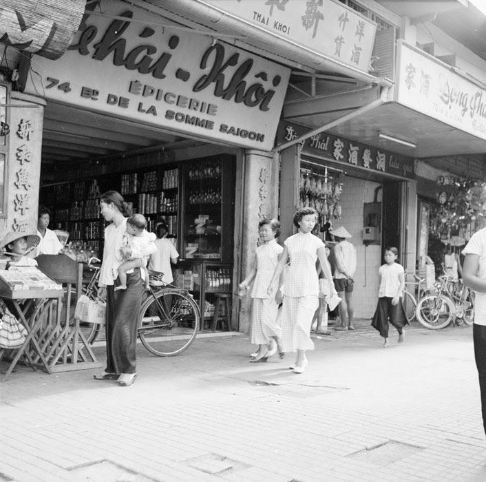 Лавки на бульваре СМоммы сент 1953 Ж Лирон