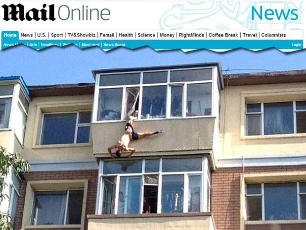 Homem tentou se suicidar mas foi salvo pela mulher ao ser agarrado na cueca na janela do apartamento onde mora Foto: Daily Mail / Reprodução
