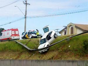 Carro ficou 'pendurado' na proteção de um barranco na Rodovia Campinas-Monte Mor (Foto: Reprodução/EPTV)