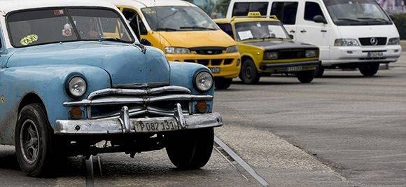 Los taxis estatales no contribuyen a reducir la demanda de los boteros. Foto: Ismael Francisco/ Cubadebate.