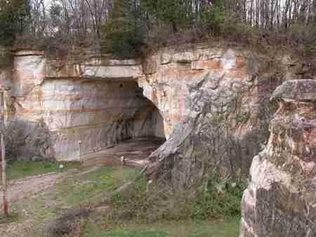 Σπίτι χτισμένο μέσα σε σπηλιά