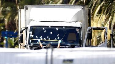 Polícia em frente ao caminhão