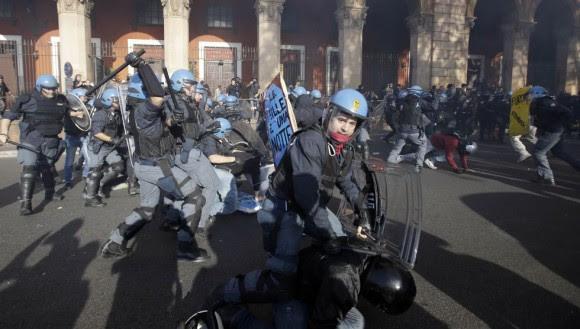 Carga policial durante la manifestación contra el Gobierno de Prodi en Roma. Foto: AP.